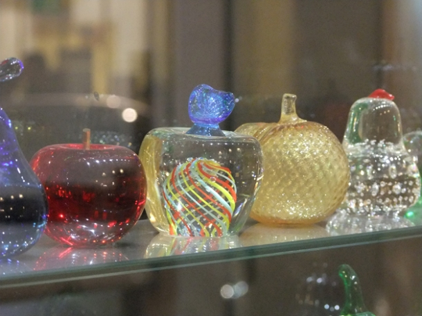 close up of glass apple rack at mele e pere