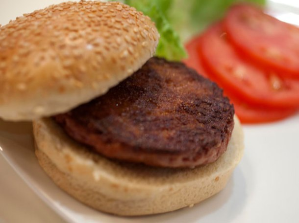 a cooked cultured beef burger artificially grown by professor post of the university of maastricht