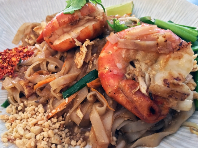 prawn pad thai at kin et deum