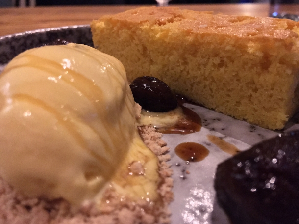 illustrative photo of the castella cake with figs and ice cream at Volta do Mar